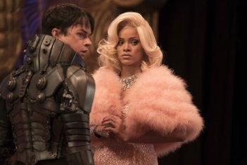 Valerian e la città dei mille pianeti: Rihanna e Dane DeHaan in una scena del film