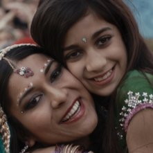 Babylon Sisters: Nav Ghotra e Amber Dutta in una scena del film