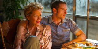 Film Stars Don't Die in Liverpool: Annette Bening e Jamie Bell in un momento del film