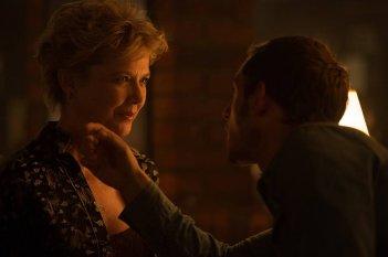 Film Stars Don't Die in Liverpool: Annette Bening e Jamie Bell in una scena del film
