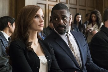 Molly's Game: Jessica Chastain e Idris Elba in una scena del film