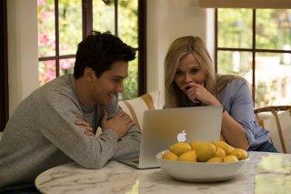 40 sono i nuovi 20: Reese Witherspoon e Nat Wolff in una scena del film