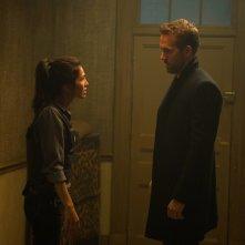 Come ti ammazzo il bodyguard: Elodie Yung e Ryan Reynolds in una scena del film