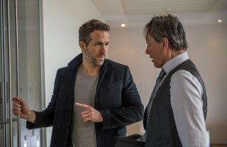 Come ti ammazzo il bodyguard: Joaquim de Almeida e Ryan Reynolds in una scena del film