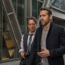Come ti ammazzo il bodyguard: Richard E. Grant e Ryan Reynolds in una scena del film