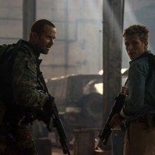 Renegades - Comando d'assalto: Sullivan Stapleton e Charlie Bewley in una scena del film