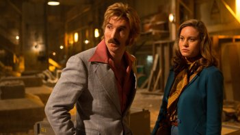 Free Fire: Sharlto Copley e Brie Larson in una scena del film