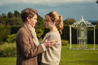 L'altra metà della storia: Billy Howle e Freya Mavor in un momento del film