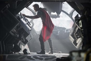Thor: Ragnarok, Chris Hemsworth in un momento del film