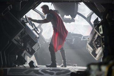 Thor: Ragnarok, Chris Hemsworth in un momento del film