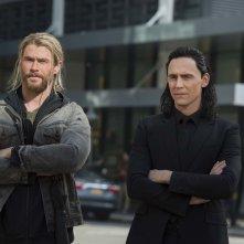 Thor: Ragnarok, Chris Hemsworth e Tom Hiddleston in un momento del film
