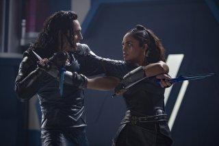 Thor: Ragnarok, Loki e Valkyrie in una foto del film