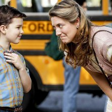 Young Sheldon: Iain Armitage insieme a Zoe Perry in una scena