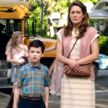 Young Sheldon: Zoe Perry e Iain Armitage in una scena
