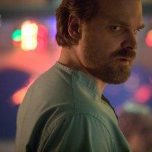 Stranger Things: David Harbour in una foto della seconda stagione