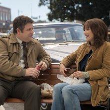 Stranger Things: Sean Astin e Winona Ryder in una foto della serie