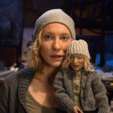 Manifesto: Cate Blanchett in un momento del film