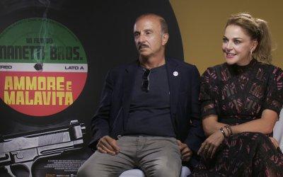"""Ammore e malavita, Carlo Buccirosso e Claudia Gerini: """"Avremmo voluto cantare ancora di più"""""""