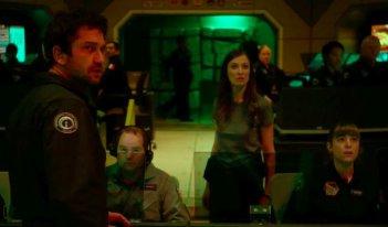 Geostorm: Gerard Butler e Alexandra Maria Lara in una scena del film