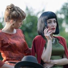Mistero a Crooked House: Stefanie Martini e Gillian Anderson in una scena del film