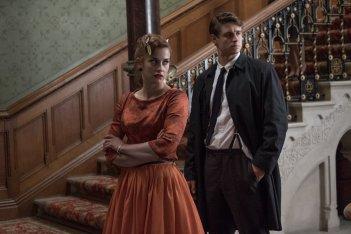 Mistero a Crooked House: Stefanie Martini e Max Irons in un momento del film