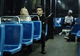 Mr. Robot: Portia Doubleday e Rami Malek in una scena della premiere della terza stagione