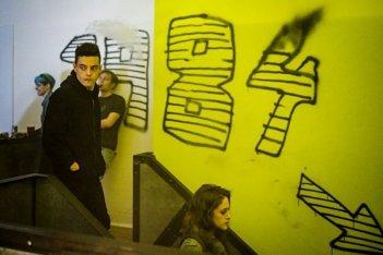 Mr. Robot: Rami Malek e Carly Chaikin in una scena della premiere della terza stagione
