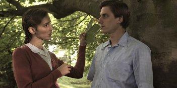 Una questione privata: Valentina Bellè e Luca Marinelli in una scena del film