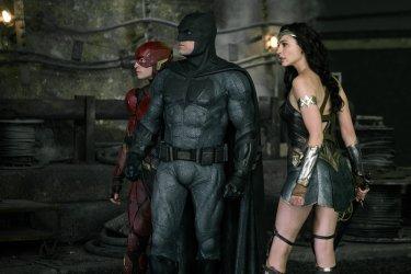 Justice League: Ezra Miller, Ben Affleck e Gal Gadot in una nuova foto