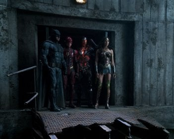 Justice League: Ben Affleck, Ezra Miller, Ray Fisher e Gal Gadot in una scena del film