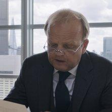 Happy End: Toby Jones in una scena del film
