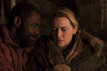 Il domani tra di noi: Kate Winslet e Idris Elba in una scena del film