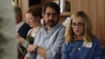 The Big Sick: Holly Hunter e Ray Romano in una scena