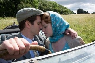 Ogni tuo respiro: Claire Foy e Andrew Garfield in un momento del film