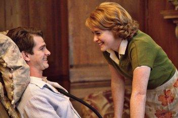 Ogni tuo respiro: Claire Foy e Andrew Garfield in una scena del film