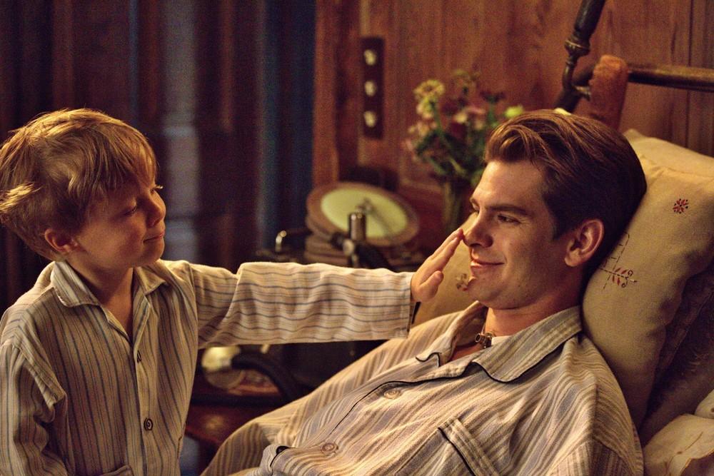 Ogni tuo respiro: Andrew Garfield in una scena del film