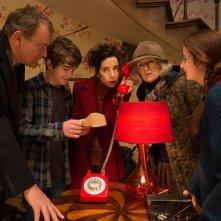 Paddington 2: Hugh Bonneville, Julie Walters, Sally Hawkins, Madeleine Harris e Samuel Joslin in una scena del film