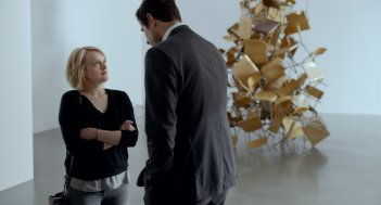 The Square: Elisabeth Moss e Claes Bang in una scena del film