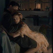 Egon Schiele - Death and the Maiden: Noah Saavedra e Valerie Pachner in una scena del film