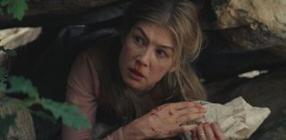 Hostiles: Rosamund Pike in una scena del film