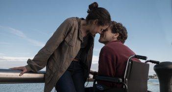 Stronger: Tatiana Maslany e Jake Gyllenhaal in una scena del film