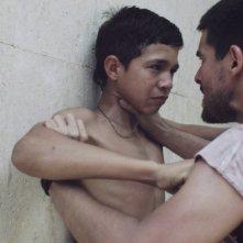 La familia: Giovanni García e Reggie Reyes in un'immagine del film