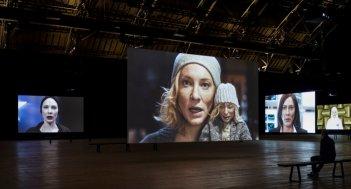 Manifesto: una foto della videoinstallazione