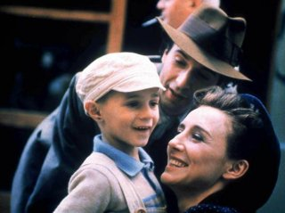 Nicoletta Braschi con Roberto Benigni e Giorgio Cantarini nel film La vita è bella