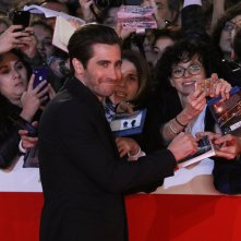 Roma 2017: Jake Gyllenhaal firma autografi sul red carpet di Stronger