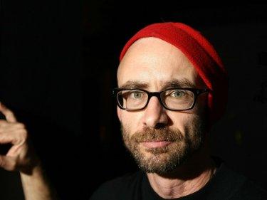Una foto in primo piano che ritrae Chuck Palahniuk