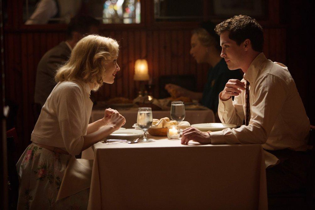 Sarah Gadon e Logan Lerman in una scena di Indignazione