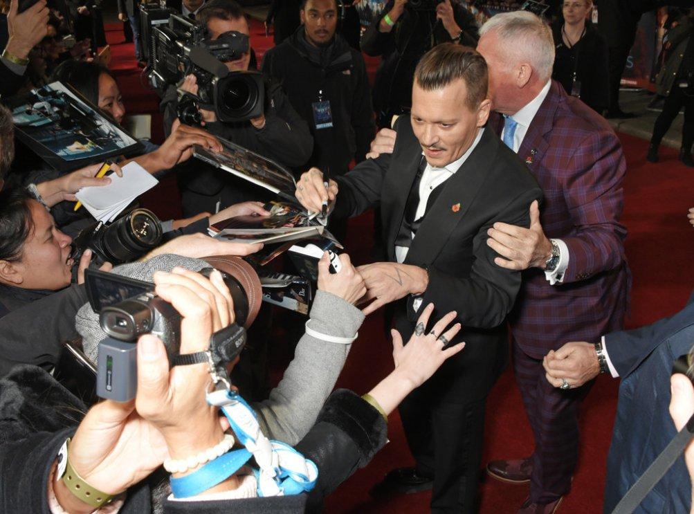 Johnny Depp ubriaco sul red carpet di