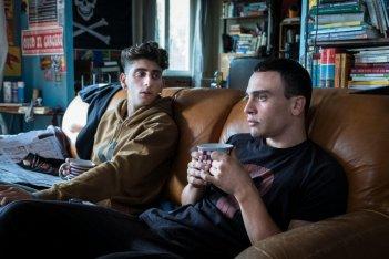 La profezia dell'Armadillo: una foto di Pietro Castellitto e Simone Liberati a colloquio sul divano