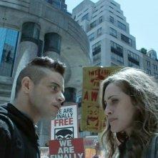 Mr. Robot: Rami Malek e Carly Chaikin in una scena dell'episodio eps3.4_runtime-err0r.r00
